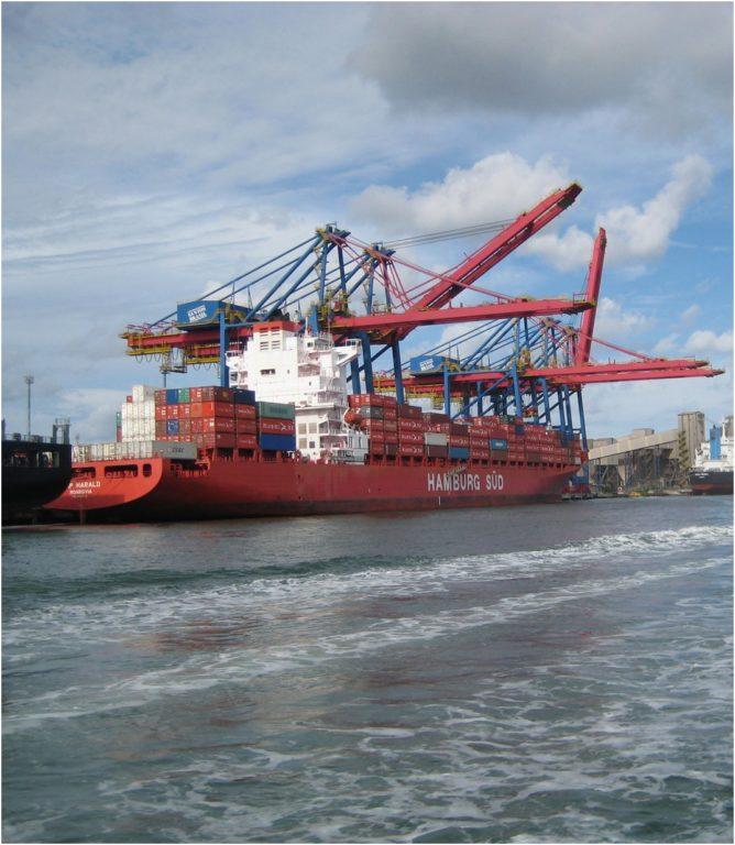 Hafen Brasilien - Beladung eines Schiffes im Hafen