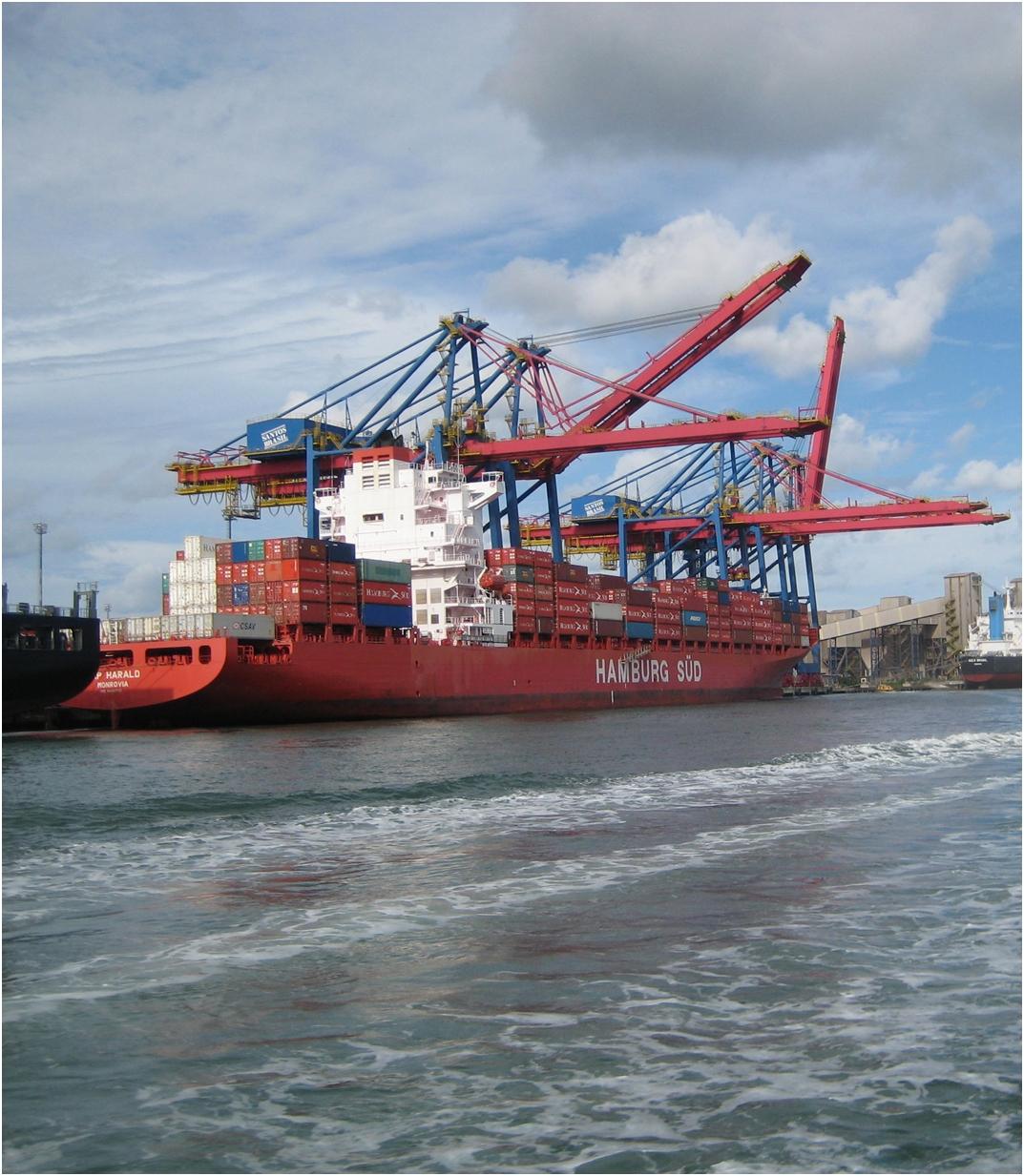 Beladung eines Schiffes im Hafen