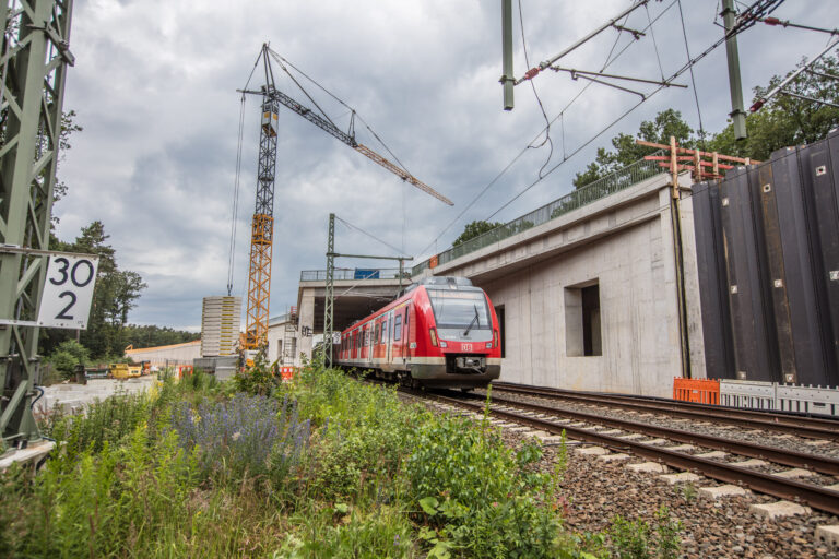 Regionalzug kommt aus dem Tunnel