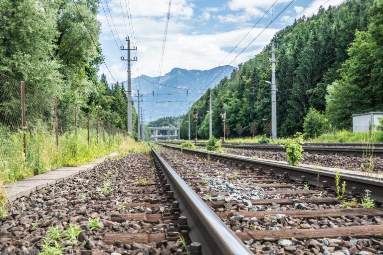 DB Eisenbahnschienen in der Natur