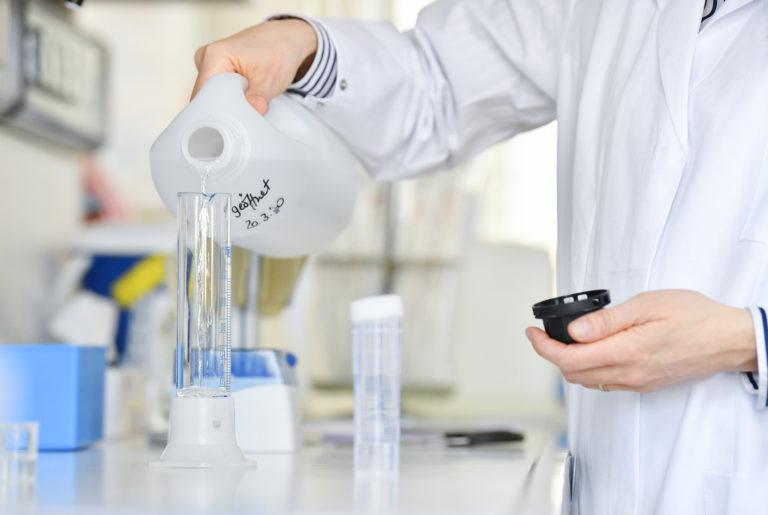 DB Umweltmessstelle / Arbeit im Labor mit Chemikalien