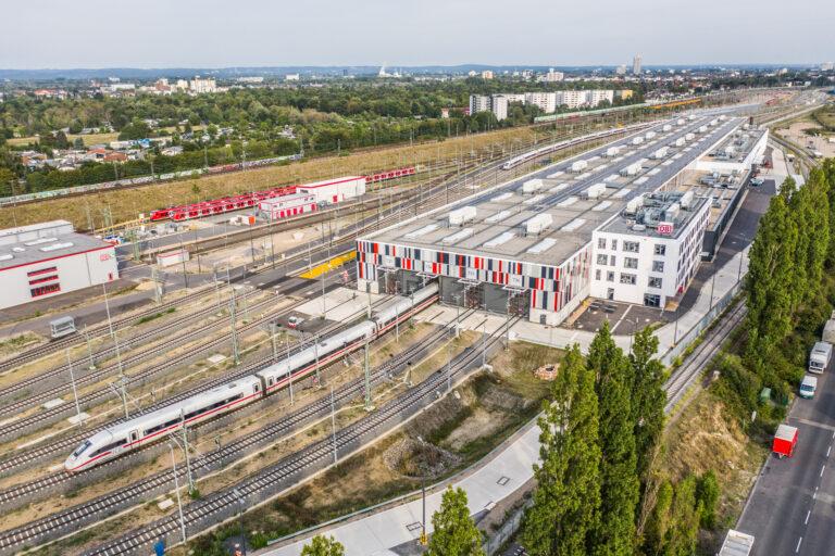Übersicht über das ICE-Werk mit der 410 Meter langen Werkhalle in Köln-Nippes