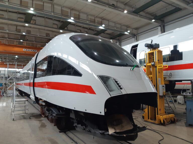 Neu lackierter Endwagen eines 7 teiligen ICE-T, BR 411