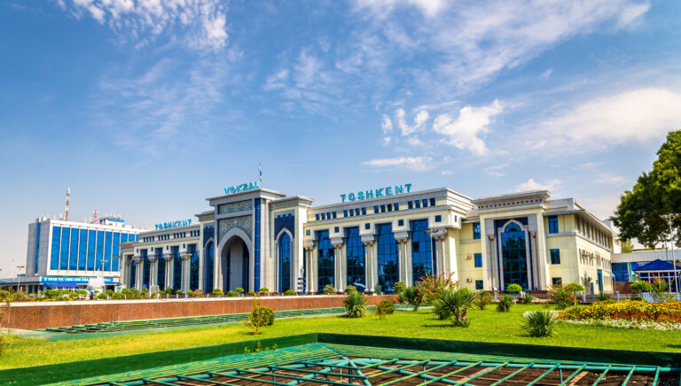 Partnerschaft in Usbekistan -Tashkent, Uzbekistan - August 12, 2016: View of Tashkent Railway Station. All railways within Uzbekistan are operated by a state-owned stock company